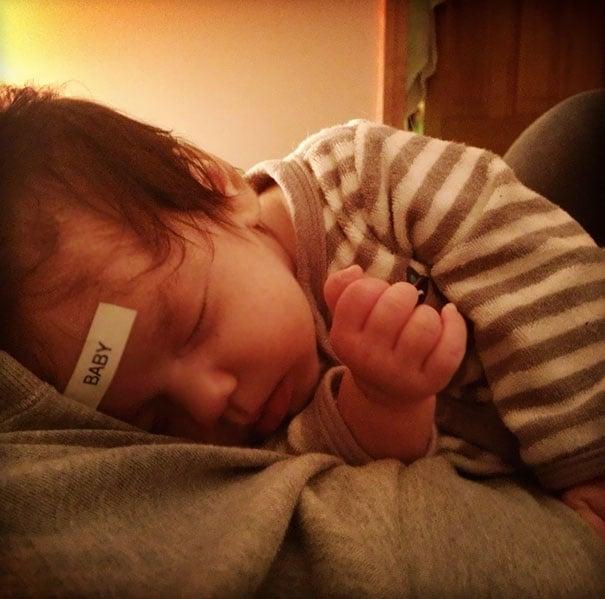Bebé con una etiqueta en la frente