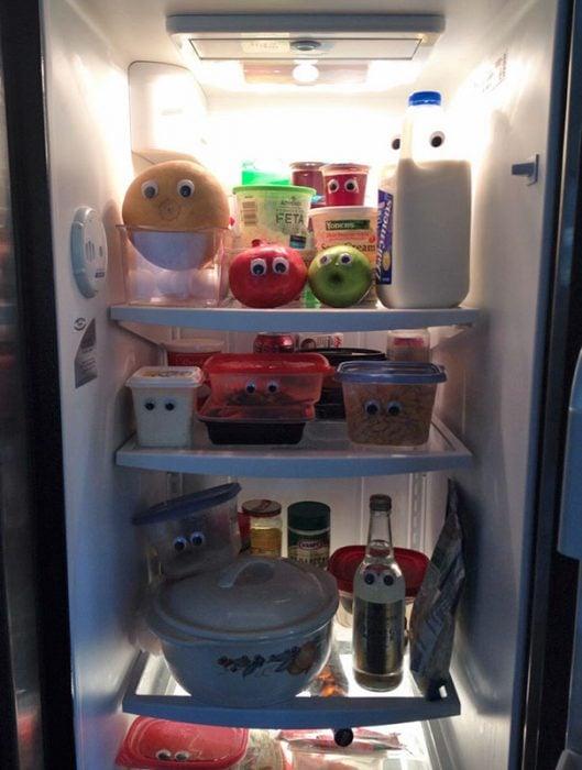 Productos del refrigerador con ojos de plástico