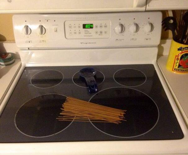 Pasta puesta sobre la estufa sin encender