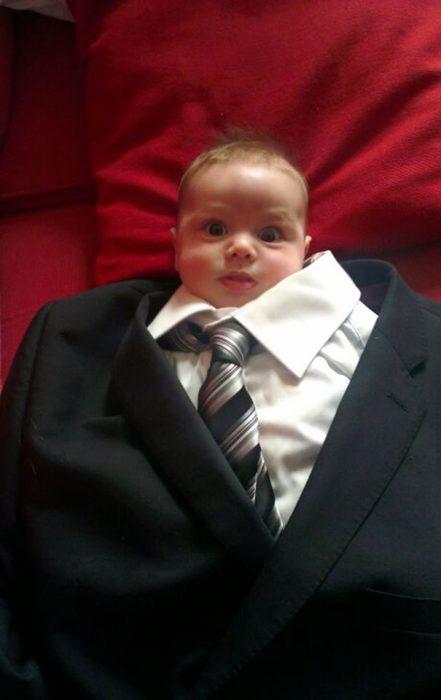 Bebé usando un traje de hombre