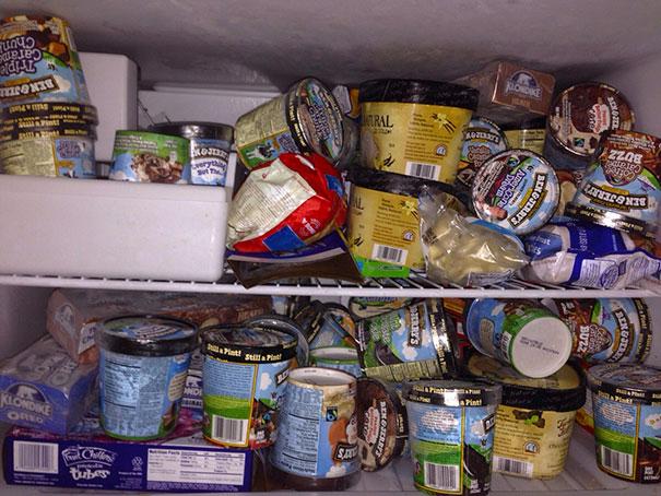 Nevera de un refrigerador lleno de helado