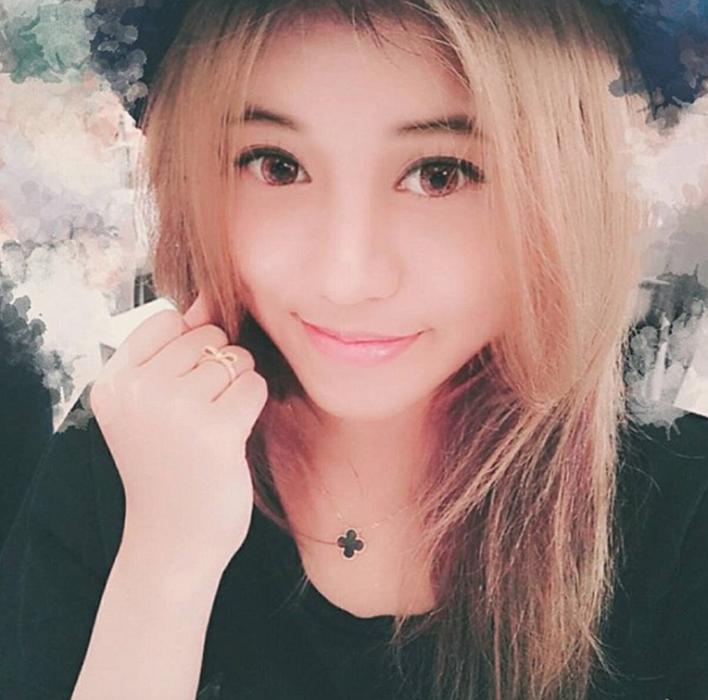 chica rubia con sombrero sonriendo