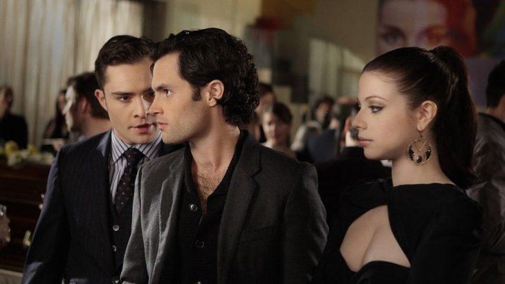 Escena de la serie gossip girls dan y chuk junto a una chica