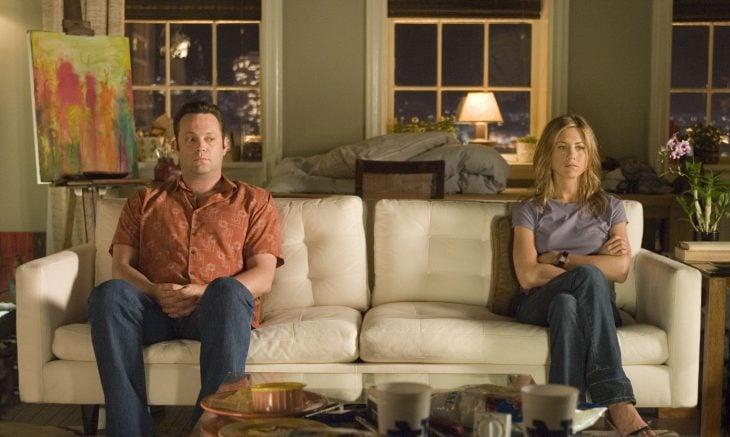Escena de la película 'THE BREAK-UP' pareja de novios sentados en un sillón distanciados