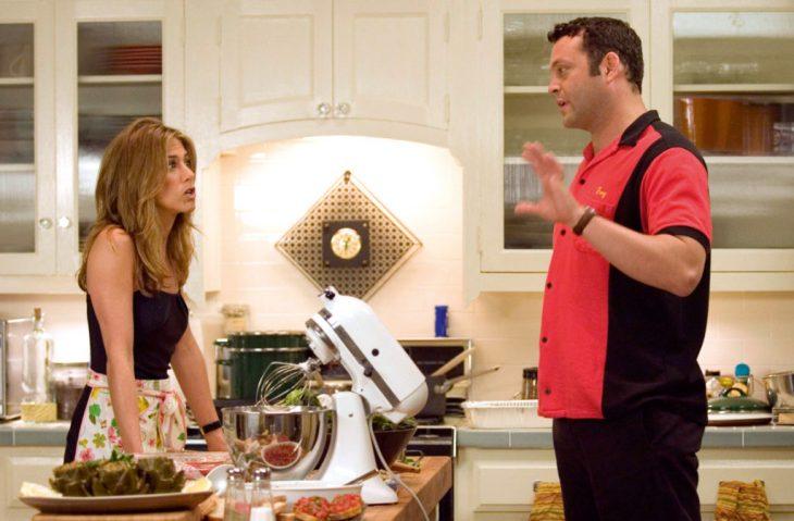 Pareja de esposos discutiendo en la cocina de su hogar