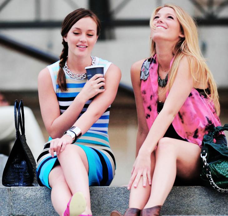 Escena de la serie gossip girls. Blair y Serena sentadas tomando café