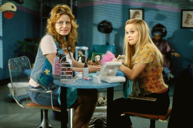 Escena de la película legalmente rubia. Elle en el salón de belleza