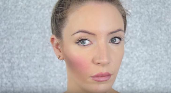 mujer rubia con exceso de rubor rosa en las mejillas