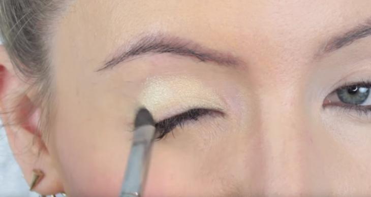 mujer se maquilla los parpados con brocha