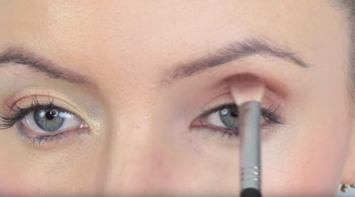 mujer maquillando los ojos con brocha