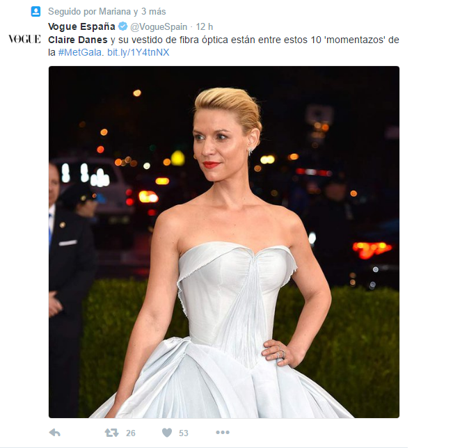 mujer rubia vestido de cenicienta twitter