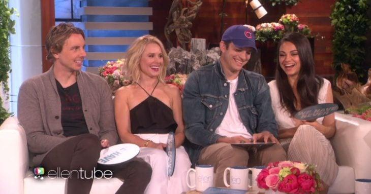 Mila Kunis y Kristen Bell con sus parejas