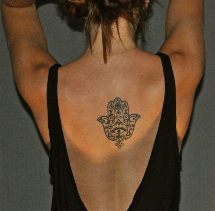Tatuaje de hamsa en la espalda