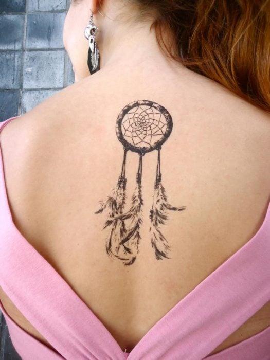 Tatuaje de atrapasueños en la espalda