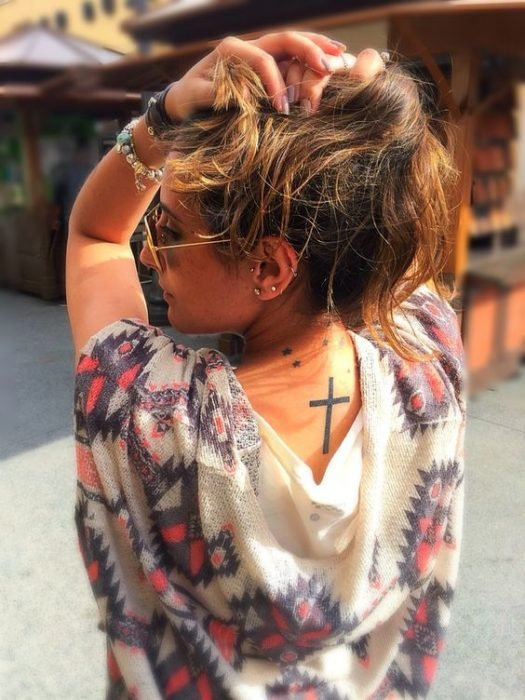 Tatuaje de cruz en la espalda