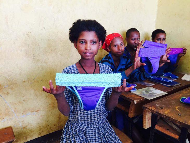 Niñas de África con sus toallas sanitarias
