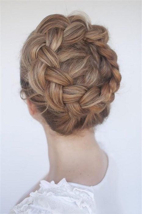 Chica usando un trenza en forma de corona al rededor de su cabeza
