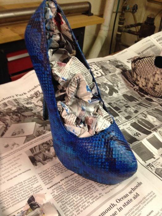 Zapatos con papel periódico adentro