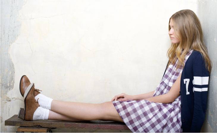 Chica con zapatos con calcetines