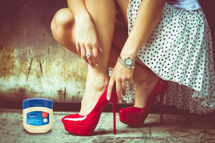 Chica zapatos rojos