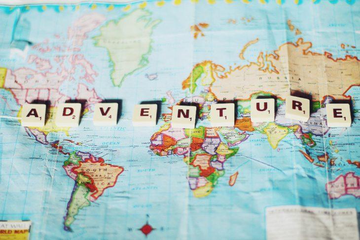 mapa del mundo con letras de scrabble que dicen aventura