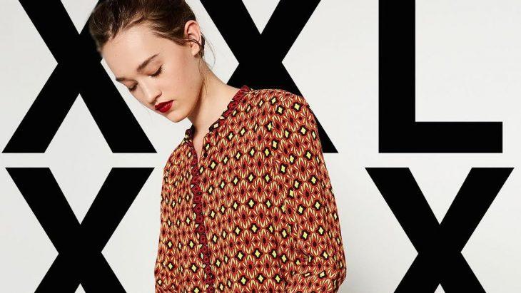 modelo campaña Zara con letras talla extra de fondo
