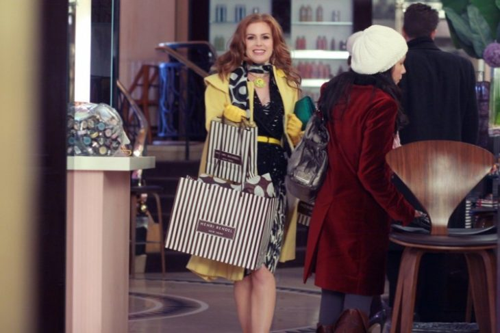 mujer con bolsas de compras feilz