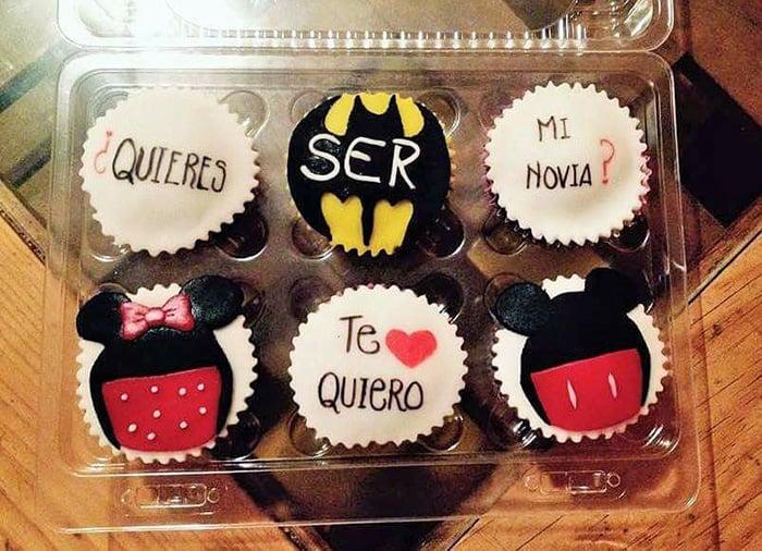 cup cakes decorados de mickey y batman con propuesta quieres ser mi novia