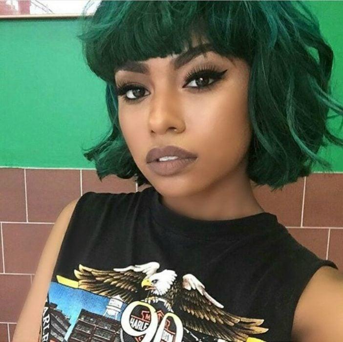 mujer morena cabello corto color verde