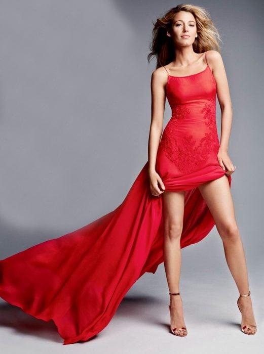 mujer rubia con vestido rojo