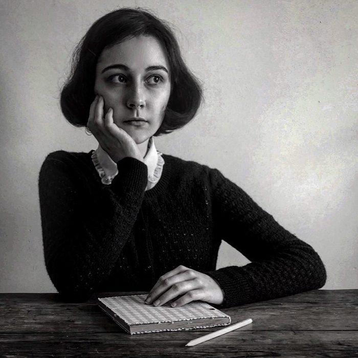 Chica imitando a Anna Frank