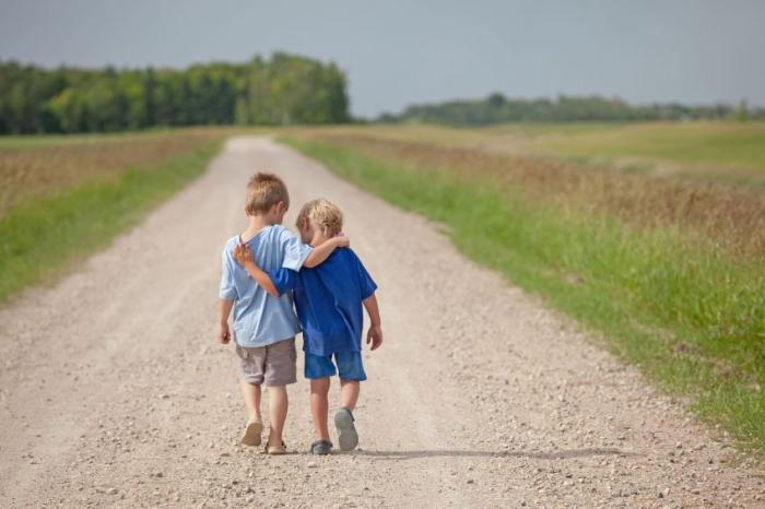 niños caminando en el campo