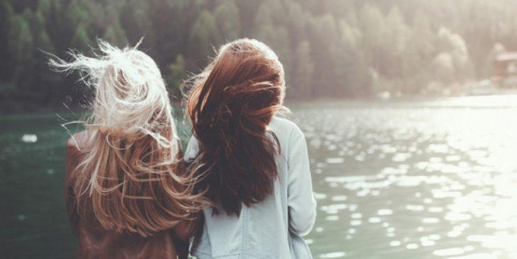 chicas orilla lago