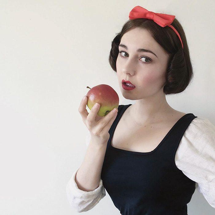 Chica imitando a Blanca Nieves