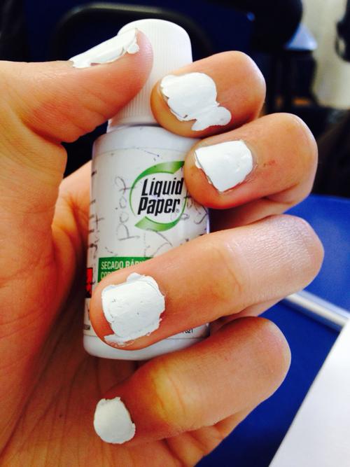 Uñas pintadas con corrector líquido
