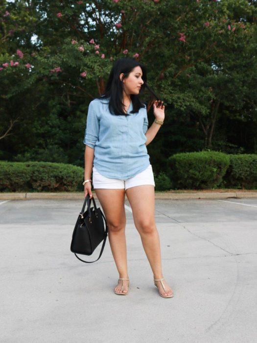 Chica posando con un short y blusa larga de color azul