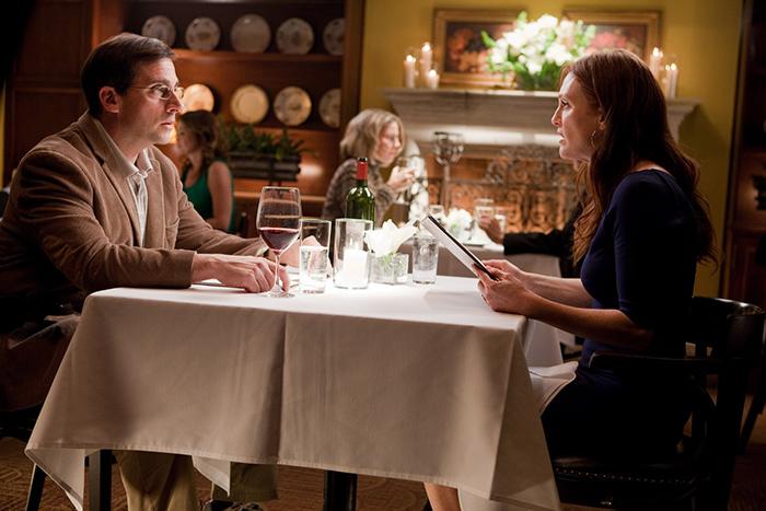 hombre y mujer sentados en mesa restaurante