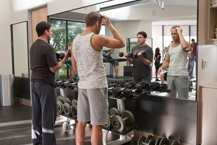hombres frente al espejo arreglandose y gimnasio