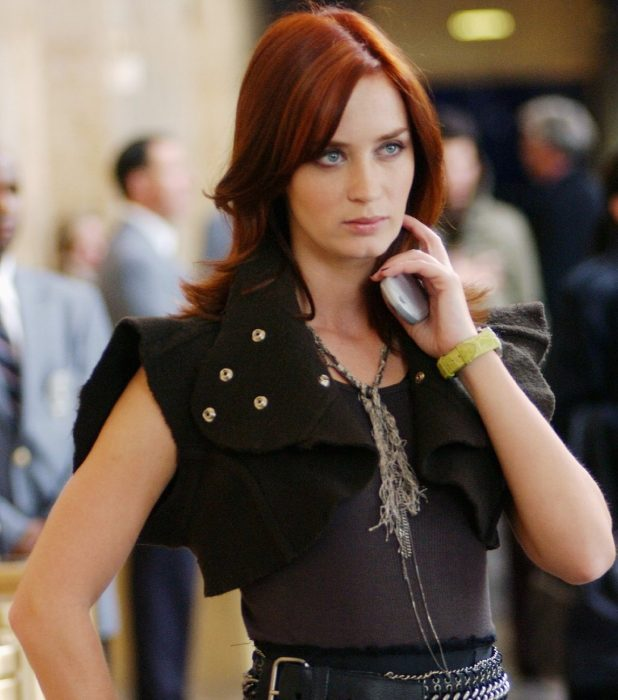 mujer peliroja y vestido negro enojada