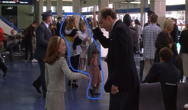 niña y hombre en el aeropuerto familia atras