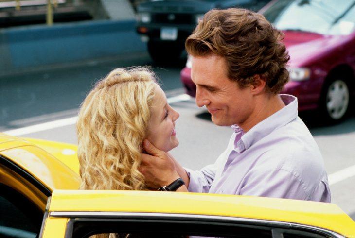 pareja de frente a fuera de un taxi