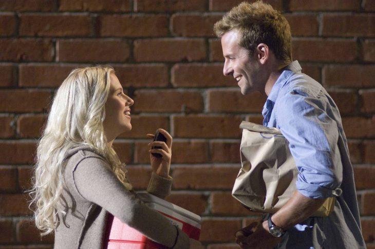 mujer platicando frente a hombre que sonrie