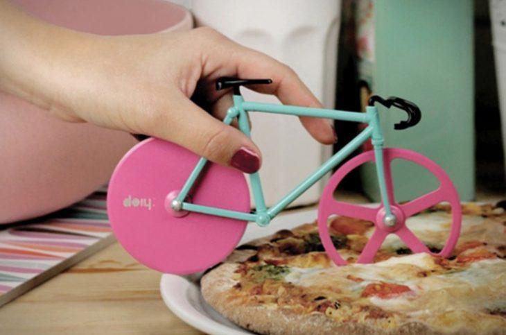 bicicleta azul y rosa para cortar la pizza