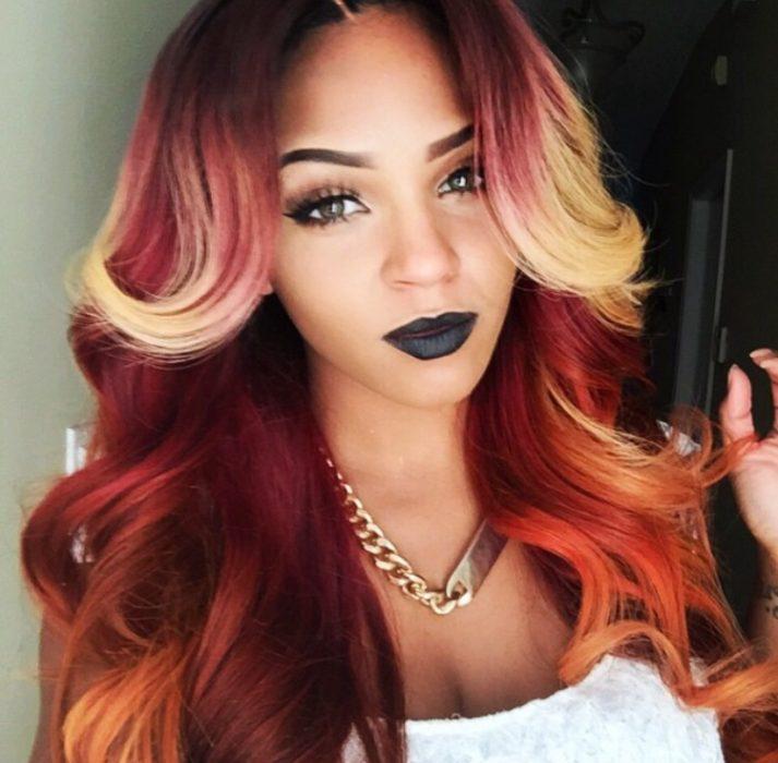 mujer morena cabello rojo y rubio