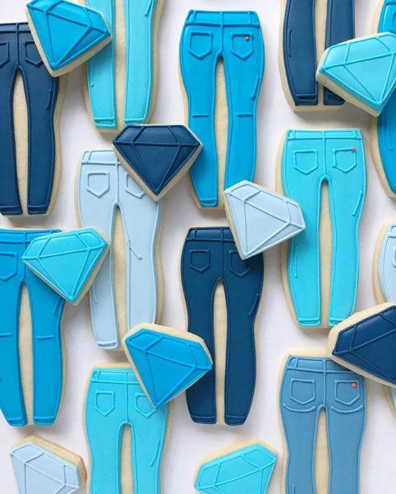 repostería galletas de colores pantalones azules y diamantes