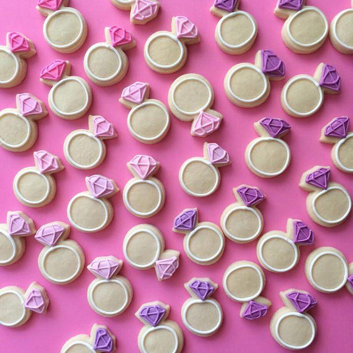repostería galletas de colores anillos y diamantes rosas