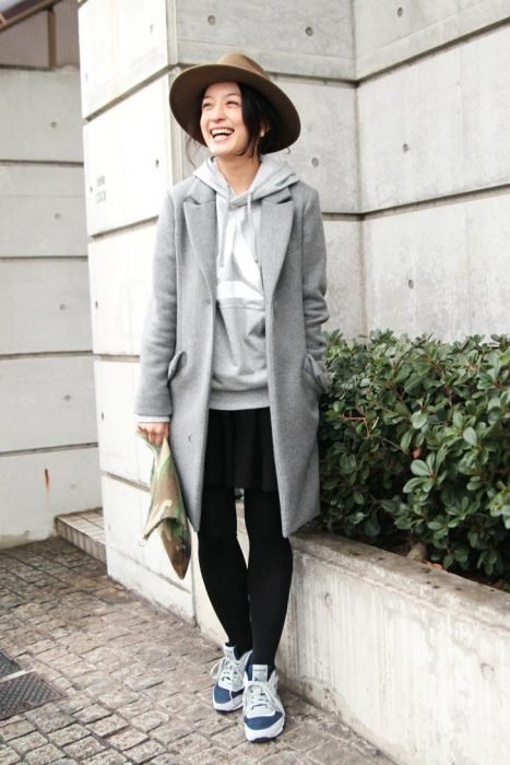 Chica usando hoddies y blazer en color gris