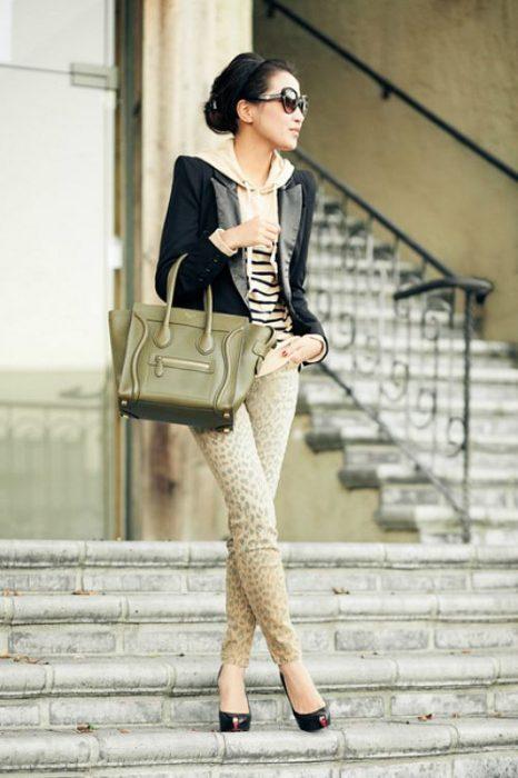 Chica usando hoddies y blazer en color beige y negro