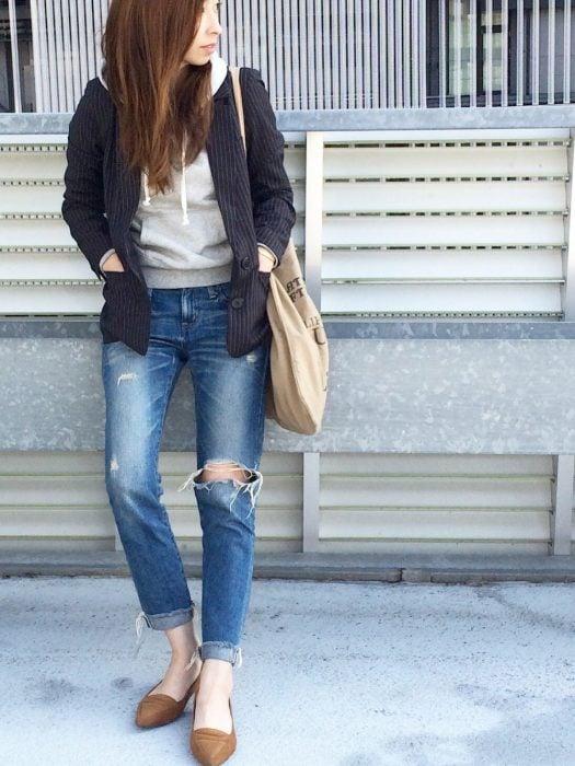 Chica usando hoddies y blazer enc olor negro y gris