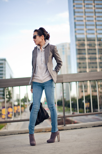Chica usando hoddies y blazer con pantalón de mezclilla